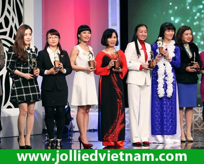 Hot girl Linh Jollie lái xế hộp nổi bật đi nhận giải thưởng thương hiệu uy tín