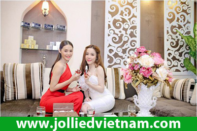 Linh Chi diện váy đỏ rực đến làm đẹp tại Jollie D Spa